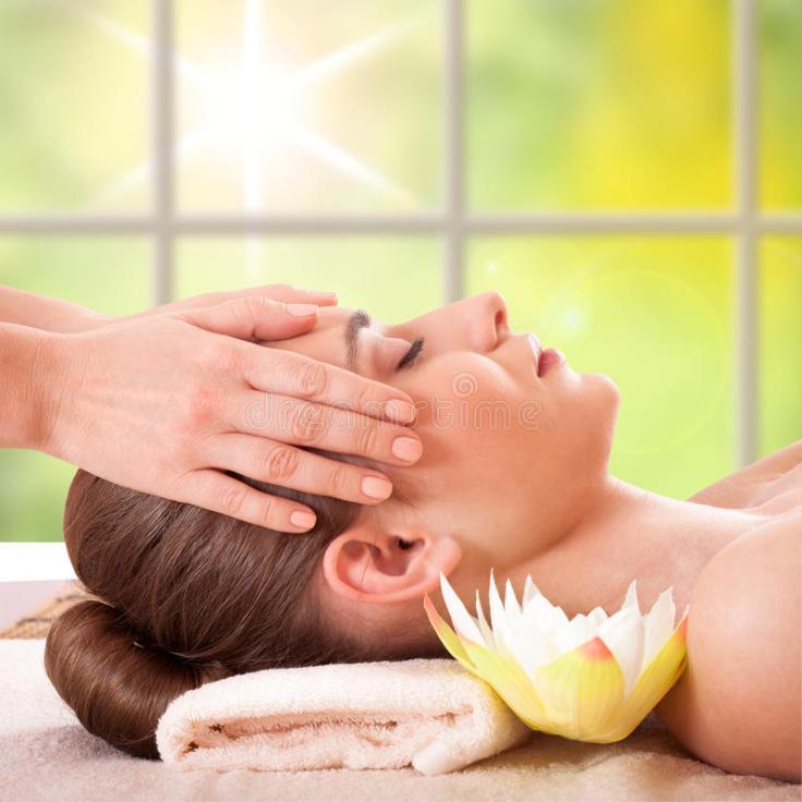 mujer-joven-hermosa-que-consigue-masaje-del-balneario-37797409